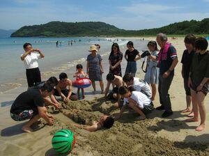 海水浴を楽しむ佐賀大の中国人留学生ら=唐津市の北浜海水浴場