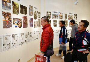 県内一周駅伝60年の歩みを振り返る還暦写真展=佐賀新聞社