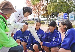 明るい声かけ訓練に臨む三田川中の生徒たち=吉野ヶ里町の三田川中央公園