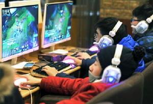 中国安徽省でインターネットカフェを利用する人たち=1月(共同)