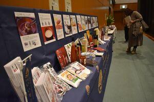 会場には参加者らが手掛けた農産物や加工品なども並んだ