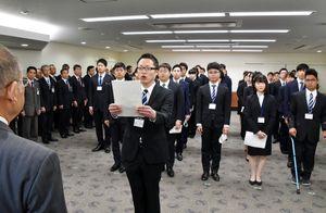 新規職員を代表して宣誓する葺本信太朗さん=佐賀市役所