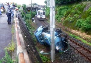 線路に転落し、回送列車と接触したバキュームカー=4日午前、藤津郡太良町大浦