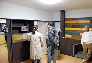 築50年以上の空き家から生まれ変わった留学生向けのシェアハウス。共有スペースの内装などを大学関係者らが確認した=佐賀市本庄町