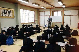 <高校生記者>(唐津西)神父に学ぶ「ボランティア精神」