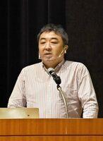 福島第1原発事故に関する講演で、福島県の現状などを説明する服部崇さん=佐賀市天神のアバンセ