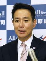 民進党代表選の告示日を迎え、記者の質問に答える前原誠司氏=21日午前、国会