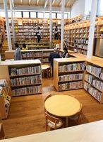 自然光が入る図書スペースには、子供の視線に合わせ約2万冊の蔵書が並ぶ