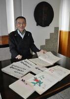 店に伝わる古文書と「絵師の菓子帖」を披露する堤光昌さん=佐賀市西魚町の鶴屋