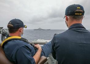 米軍艦と中国空母が接近、並走