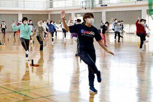 マスクを着けて、体を動かす教室の参加者=鹿島市民体育館