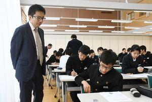 幕末の佐賀藩の動きを江島記者(左)と考える生徒=みやき町の三根中