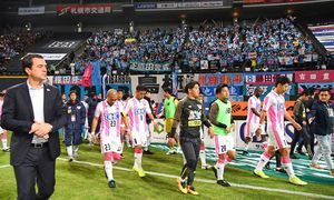 コンサドーレ札幌に2-3で敗れ、今季最終戦を勝利で飾れなかったサガン鳥栖。左はマッシモフィッカデンティ監督=札幌市の札幌ドーム