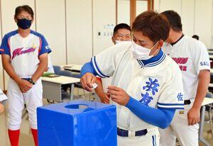 第51回佐賀県少年野球選手権大会・NTT西日本杯争奪大会の組み合わせ抽選を行う出場チームの監督=佐賀市の佐賀新聞社