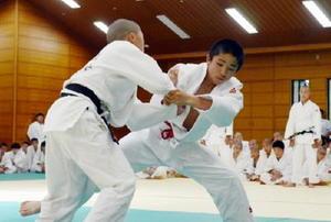 男子ベスト50㌔級を制した芦刈中の古賀大士郎(右)=県総合体育館