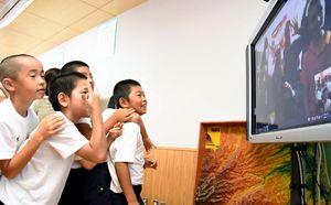 オーストラリアの小学生と画面越しに会話を交わした大浦小の子どもたち=太良町の同校