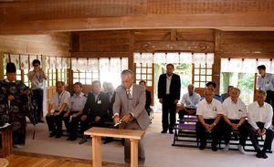 市観光協会の大澤一士副会長(中央)らが玉串を奉納した山開きの神事=神埼市脊振町の脊振神社