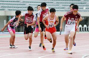 陸上男子1600メートルリレーで、激しく競り合う選手たち=佐賀市のSAGAサンライズパーク陸上競技場