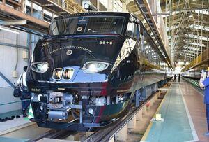 公開されたJR九州の観光列車「36ぷらす3」=北九州市のJR九州小倉総合車両センター
