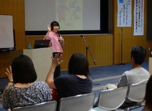 絵本「もったいないばあさん」の制作意図を紹介する作家の真珠まりこさん=佐賀市立図書館