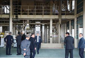 新たに整備された施設を見学する関係者=神埼市千代田町