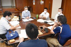 ワークショップで情報交換する参加者たち=唐津市の唐津商工会議所