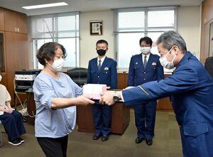 高齢の女性を保護し、泉敬一郎・小城署長から感謝状を受け取った小川智恵子さん=小城署
