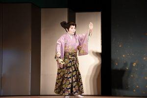 優雅な舞を披露する貴山観京翁さん=みやき町コミュニティーセンターこすもす館