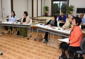 難病法の経過措置終了後の医療費助成などについて学ぶ参加者=佐賀市の「難病サポートあゆむ」