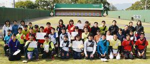 全日程が終わり笑顔を見せる参加者たち=佐賀市の森林公園洋弓場