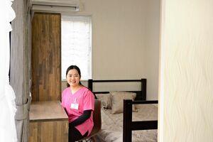 ベトナム人技能実習生のタオさん(中央)が3月上旬から暮らすコンテナハウス内部=神埼郡吉野ヶ里町の特別養護老人ホーム「シルバーケア吉野ヶ里」