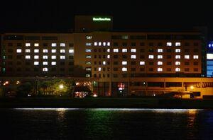 客室の照明でエールを送る「ホテル&リゾーツ佐賀唐津」=唐津市東唐津