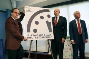 「終末時計」が残り2分30秒と発表する米誌「ブレティン・オブ・ジ・アトミック・サイエンティスツ」の判定委員ら=26日、ワシントン(共同)