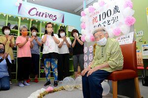 ジムの仲間から歌で100歳を祝われ笑みをこぼす宮崎キミ子さん(右)=佐賀市兵庫南のカーブス佐賀兵庫