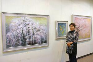 しだれ桜(P50号、左)などを描いた日本画展を開いている中野澄子さん=佐賀市本庄町の高伝寺前村岡屋ギャラリー