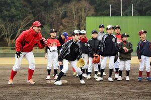 守備練習をする佐賀銀行野球部の選手と子どもたち=武雄市の白岩球場