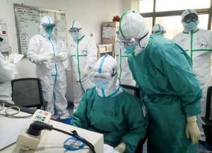 中国・武漢で新型肺炎の患者の対応にあたる医療従事者ら=27日(新華社=共同)