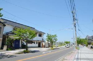 舞鶴橋と松浦川のほとりに位置する「からつキャッスル」(左)。唐津城も望める(右奥)=唐津市東唐津
