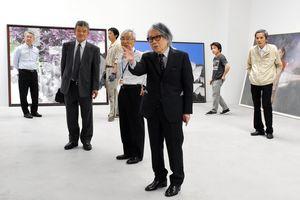 二紀展開幕を前に、会場を訪れた二紀会理事長の山本貞さん(中央)=佐賀市の佐賀県立美術館