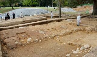 東大寺、東塔の創建時の門を確認