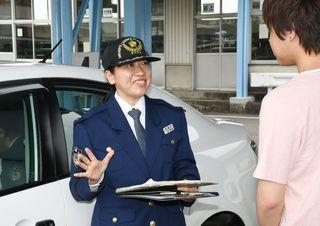 県内初、女性の専任「運転免許技能試験官」