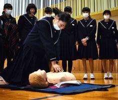 力強く心臓マッサージをする生徒=小城市の小城中学校