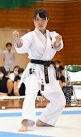 空手女子の個人形と組手で2冠を達成した、龍谷の村田紅葉の演武=佐賀東高新体育館