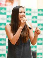 力強い歌声を披露する土屋アンナさん=佐賀市のモラージュ佐賀