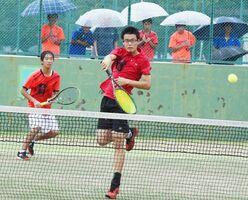 テニス男子ダブルス準決勝 ボレーで仕掛ける鹿島の成松駿一郎、溝口雄真組=SAGAサンライズパーク庭球場