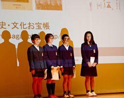 小学生の部最優秀賞に輝き、調査内容を発表する金立小の児童たち=佐賀市のメートプラザ佐賀