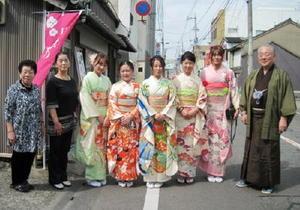 着物姿の中国人女性たち。右が小高雄三さん、左が瀬戸幸子さん=材木町のジープ美容室前