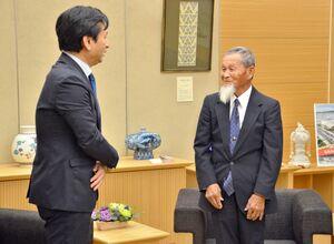 山口祥義知事(左)と意見交換をした南カリフォルニア県人会の中西和彦会長=佐賀県庁
