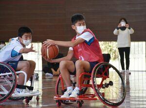 車いすバスケットボールを体験する生徒たち=唐津市の肥前中