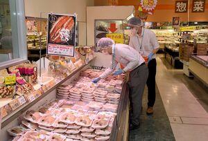 売り場から無作為に食品を抽出する県の担当者=みやき町のザ・ビッグ中原店